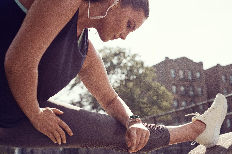 Fossil Sport smartwatch - Orologi bluetooth - Gioielleria Casavola Noci - still life indossato donna fitness